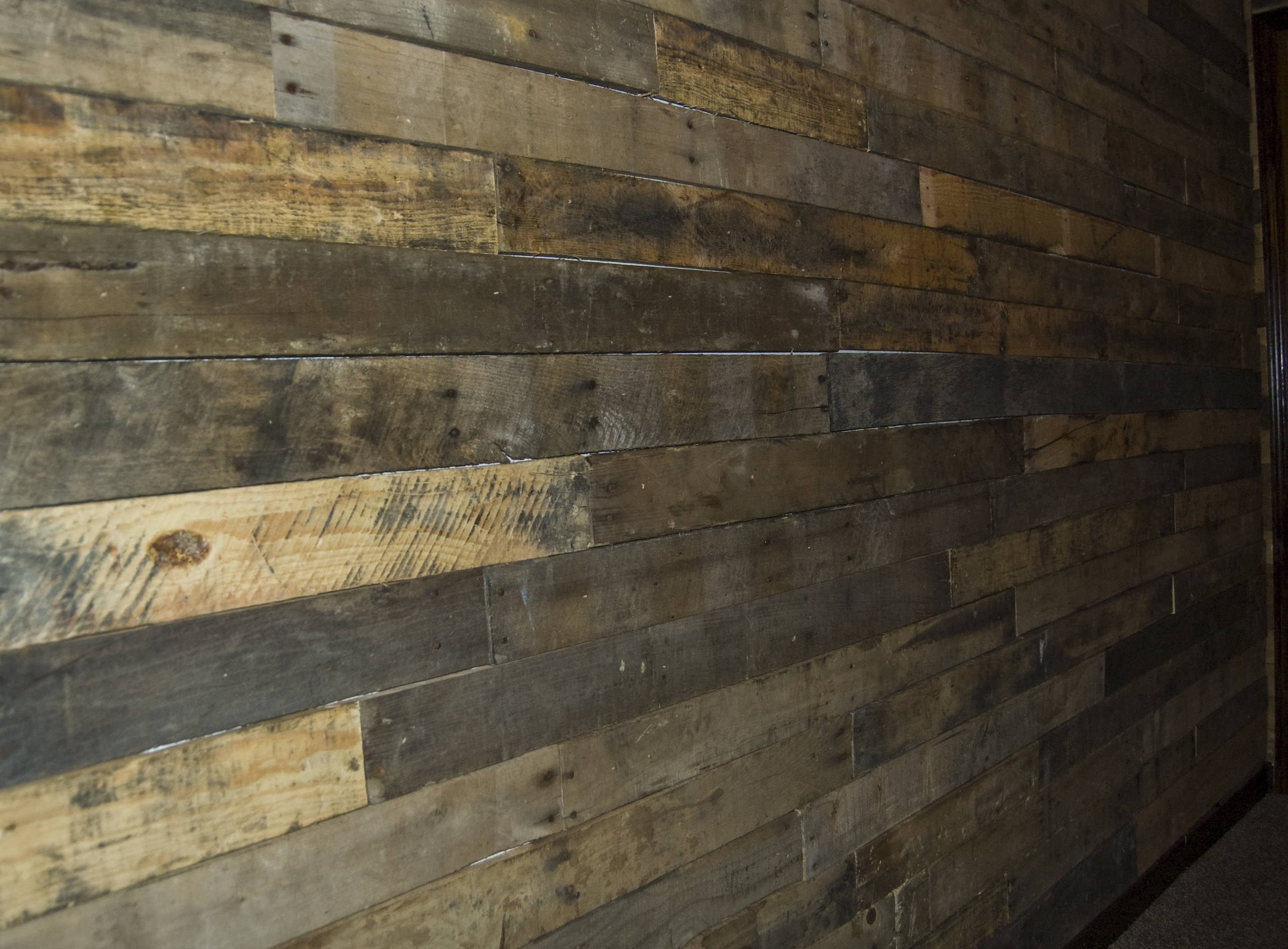 Pallet wall mauledbydesign for Wall pictures